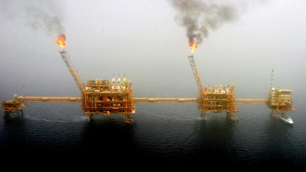 Gas flares from an oil production platform at the Soroush oil fields in the Persian Gulf, south of the capital Tehran, July 25, 2005 - Sputnik International
