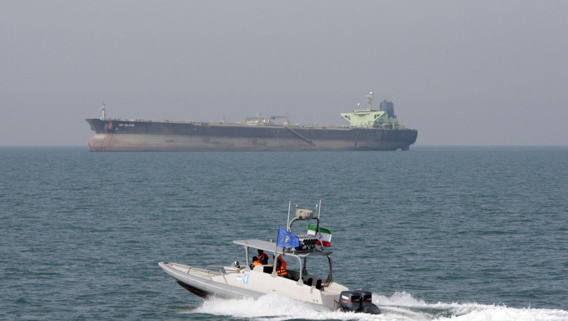 Iranian Revolutionary Guard speedboat moves in the Persian Gulf near an oil tanker (File) - Sputnik International, 1920, 04.08.2021