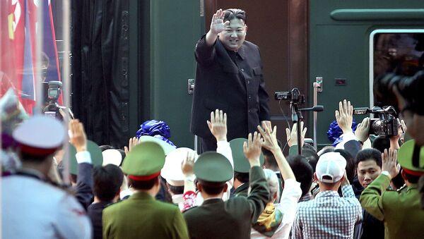 Лидер КНДР Ким Чен Ын у своего поезда во Вьетнаме - Sputnik International