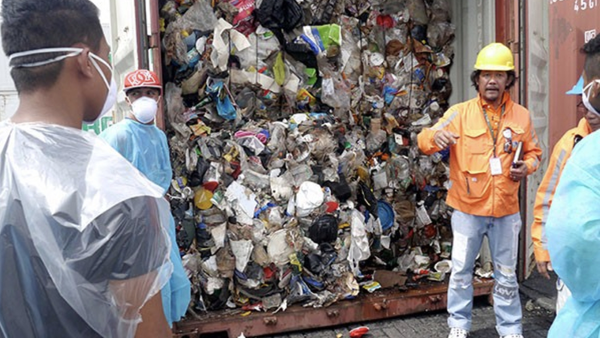 Philippine environment officials open one of the container vans containing garbage shipped illegally from Canada - Sputnik International