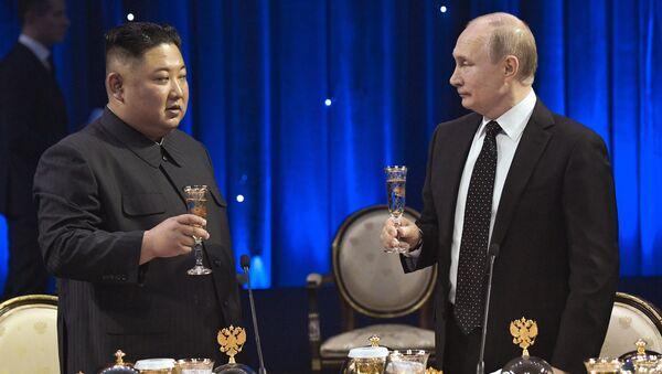 Russian President Vladimir Putin toasts with North Korean leader Kim Jong Un at a reception after their talks at the Far Eastern Federal University campus on Russky Island in Vladivostok, Russia - Sputnik International