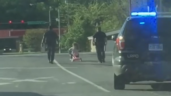 Preschool Pursuit: Four-Year-Old and Her Chihuahua Attempt to Evade US Cops - Sputnik International