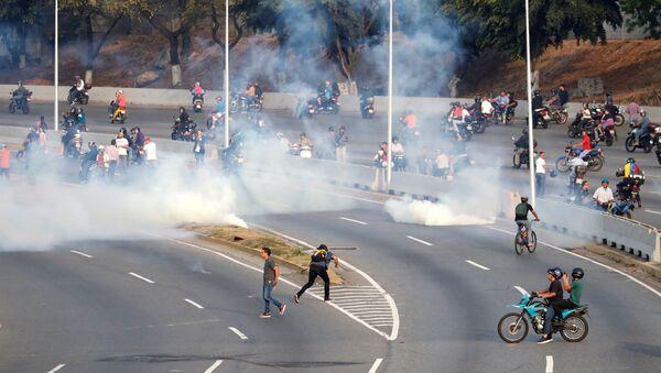 People react to tear gas near the Generalisimo Francisco de Miranda Airbase La Carlota, in Caracas, Venezuela April 30, 2019 - Sputnik International