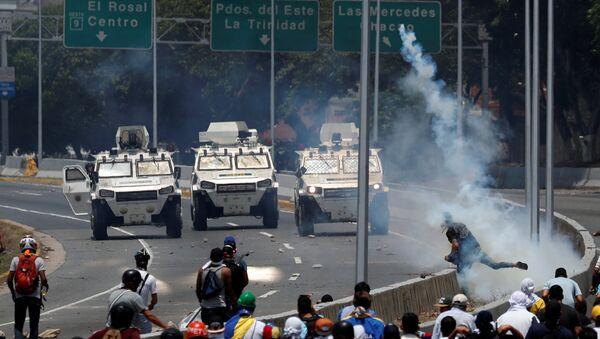 Opposition demonstrators face military vehicles near the Generalisimo Francisco de Miranda Airbase La Carlota in Caracas - Sputnik International