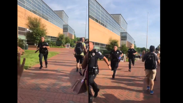 Multiple police officers rush campus of UNC-Charlotte following shooting, April 30, 2019 - Sputnik International
