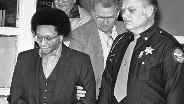 Alleged serial killer Wayne Williams (left) is led from court during his trial in 1982 - Sputnik International
