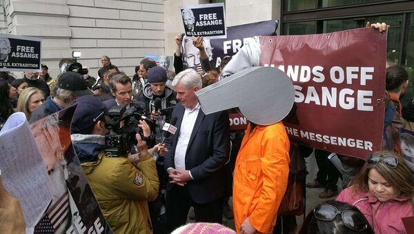 WikiLeaks Editor Defends Assange in Speech Outside Westminster Magistrates' Court - Sputnik International