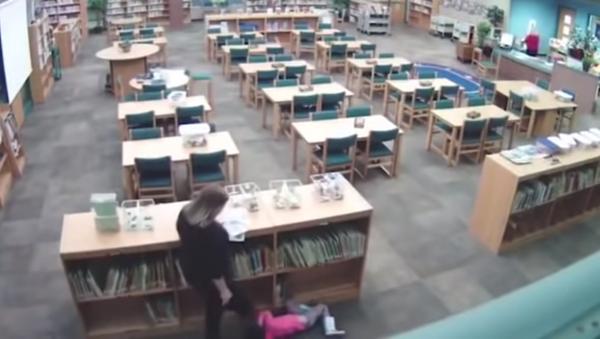 US teacher caught on surveillance footage kicking a student in the back after yanking them from a bookshelf. - Sputnik International