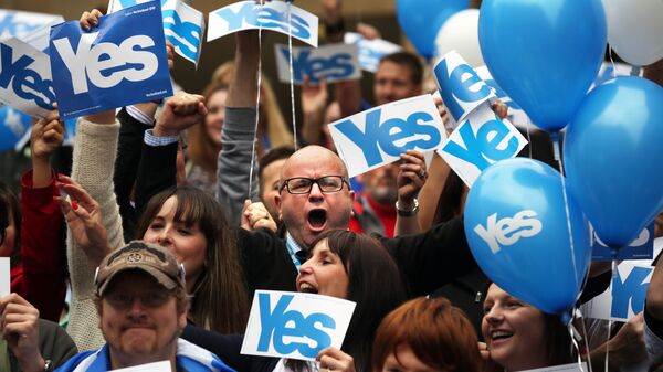 People react during a pro Scottish independence campaign rally, in central Glasgow, Scotland - Sputnik International