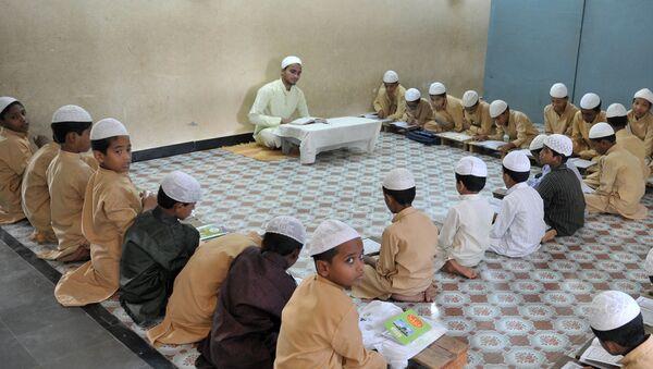 Muslim students recite from the Quran in a classroom - Sputnik International