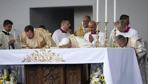 Pope Francis kisses the altar as he celebrates Mass in Knyaz Alexandar Square in Sofia, Bulgaria, Sunday, May 5, 2019 - Sputnik International