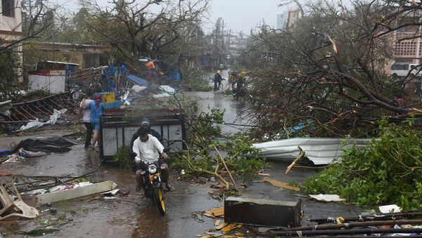 People move through debris on a road after Cyclone Fani hit Puri, in the eastern state of Odisha, India, May 3, 2019 - Sputnik International