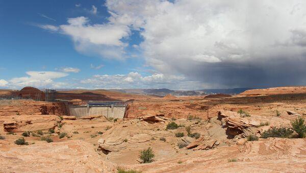 A storm creeps over the mesas surrounding Glen Canyon as blue skies fade to gray. - Sputnik International
