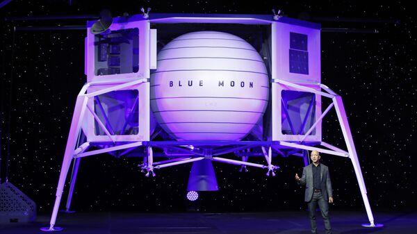 Jeff Bezos speaks in front of a model of Blue Origin's Blue Moon lunar lander, Thursday, May 9, 2019, in Washington - Sputnik International