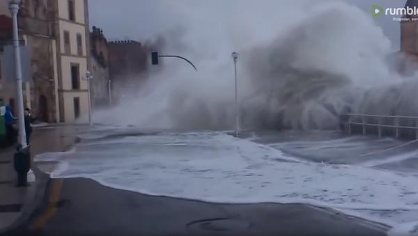 Massive Waves Flood Streets, Soak Cantabria Pedestrians - Sputnik International