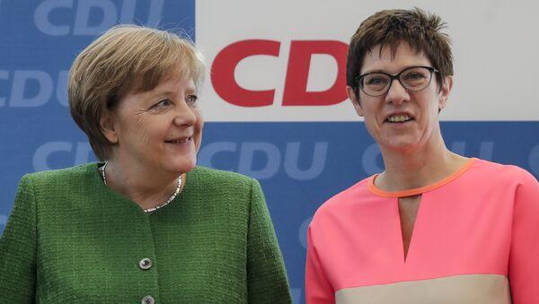 Annegret Kramp-Karrenbauer und Angela Merkel // AP Photo, Markus Schreiber  - Sputnik International