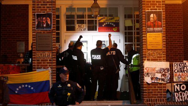 United States Secret Service agents prepare to enter the Venezuelan Embassy to evict and arrest the final four supporters of Venezuelan President Nicolas Maduro in Washington - Sputnik International