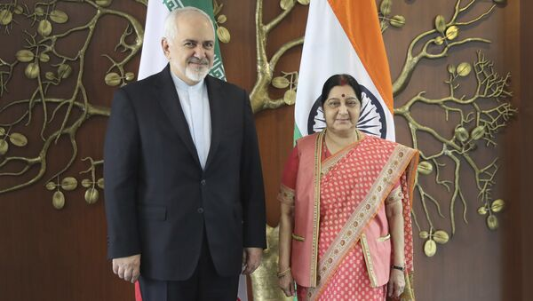 Iranian Foreign Minister Mohammad Javad Zarif, left, talks with his Indian counterpart Sushma Swaraj pose for the media before their meeting in New Delhi, India, Tuesday, May 14, 2019 - Sputnik International