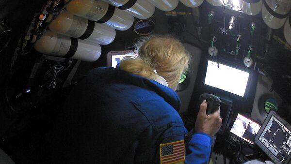 Undersea explorer Victor Vescovo pilots the submarine DSV Limiting Factor in the Pacific Ocean's Mariana Trench - Sputnik International