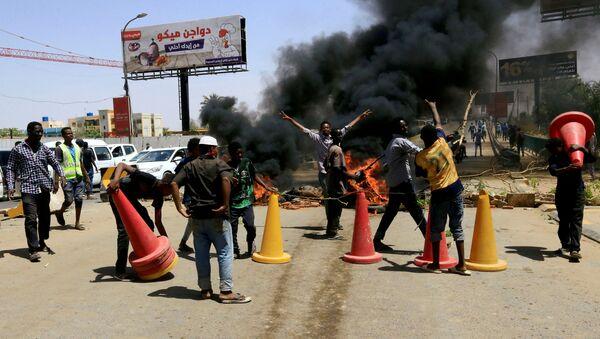 Sudanese Protesters Burn Tyres in Khartoum - Sputnik International
