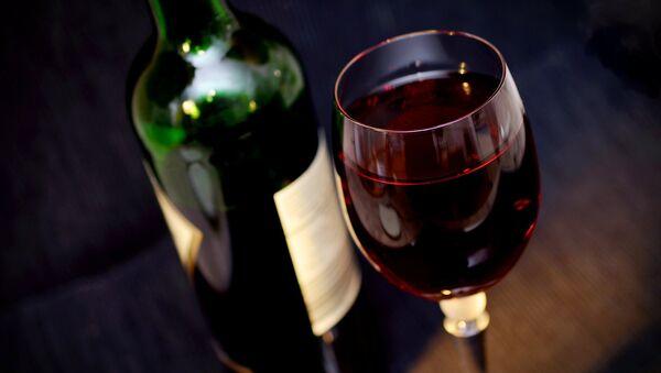 Glass of red wine, bottle - Sputnik International
