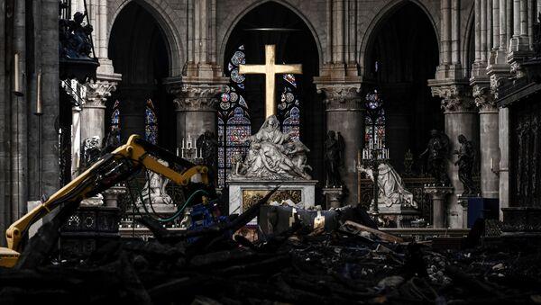 Алтарь собора Парижской Богоматери на фоне восстановительных работ - Sputnik International