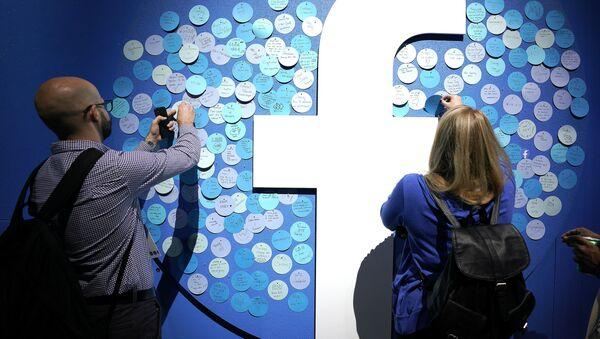Attendees stick notes on a Facebook logo at F8, the Facebook's developer conference, Tuesday, April 30, 2019, in San Jose, Calif. - Sputnik International