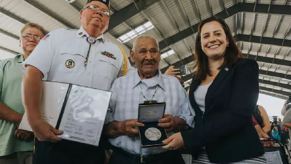 Akwesasne Mohawk Code Talker Louis Levi Oakes receiving the Congressional Silver Medal from U.S. Congresswoman Elise Stefanick (NY-21) and American Legion Post #1479 Commander Michael Goon Cook on Onerahtohkó:wa/May 28, 2016 - Sputnik International