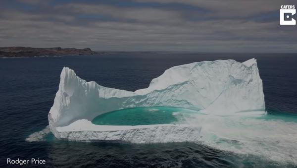 Drone Delivers Aerial View of Iceberg's Natural Pool - Sputnik International