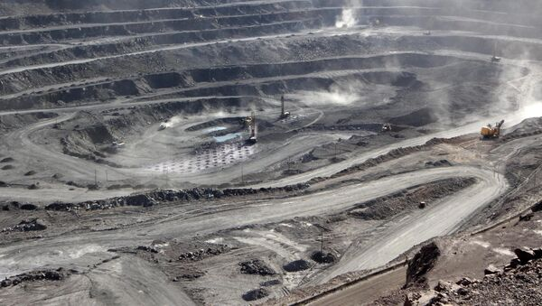 Miners are seen at the Bayan Obo mine containing rare earth minerals, in Inner Mongolia, China July 16, 2011 - Sputnik International