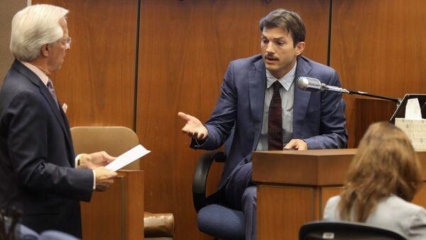 Daniel Nardoni, defence attorney, questions actor Ashton Kutcher at the murder trial of accused serial killer Michael Thomas Gargiulo in Los Angeles, California, U.S., May 29, 2019 - Sputnik International