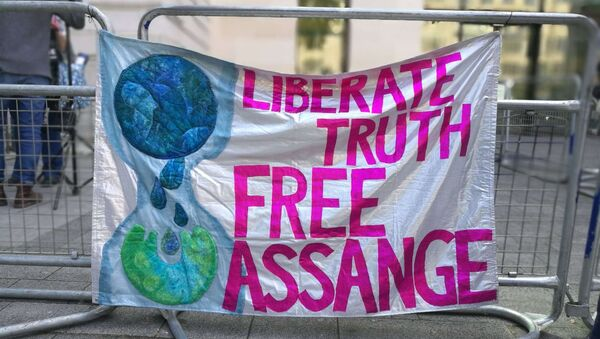 Assange's supporters chant slogans in his support before the courthouse in London - Sputnik International
