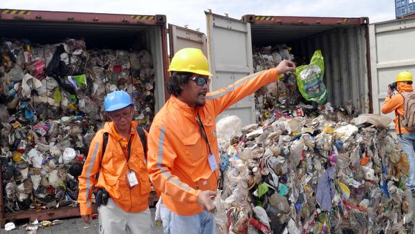 Philippine customs officials inspect cargo containers containing tonnes of garbage shipped by Canada at Manila port November 10, 2014 - Sputnik International