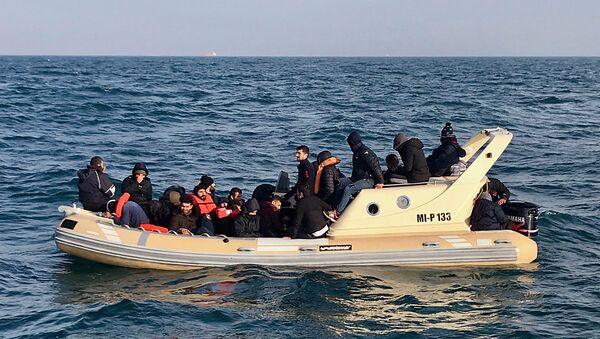 British Rescuers Help Migrants on Boat - Sputnik International