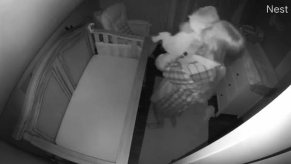 Tired Mom Unintentionally Rocks Crying Baby Upside Down - Sputnik International