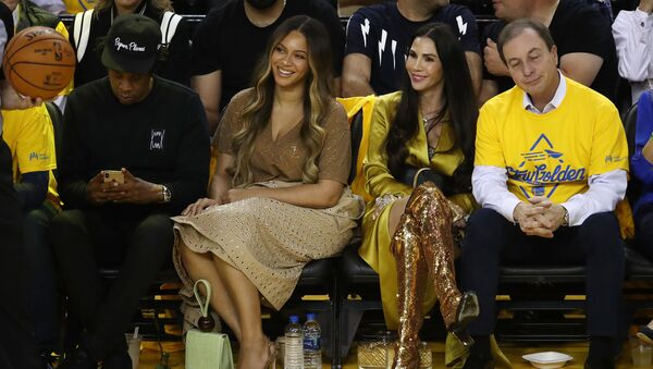 OAKLAND, CALIFORNIA - JUNE 05: (L-R) Jay-Z, Beyonce, Nicole Curran and Joseph S. Lacob attend Game Three of the 2019 NBA Finals between the Golden State Warriors and the Toronto Raptors at ORACLE Arena on June 05, 2019 in Oakland, California - Sputnik International