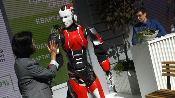 Robot Pythagoras at the 2019 St. Petersburg International Economic Forum (SPIEF)  - Sputnik International