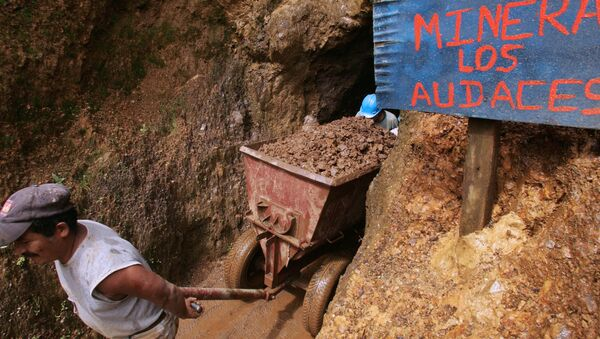 Independent miners extract ore from their shaft near Nambija, 460 kilometres south from Quito. (The sign at the shaft's entrance reads Mining Inc. the Bold Ones) - Sputnik International