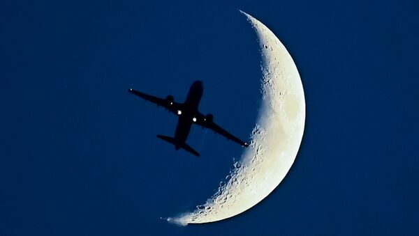 Airbus A320 aircraft flying in front of the Moon. - Sputnik International