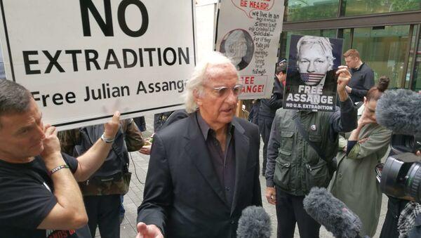 BAFTA award-winning documentary film maker John Pilger at protests in London against WikiLeaks' founder's Julian Assange's extradition - Sputnik International