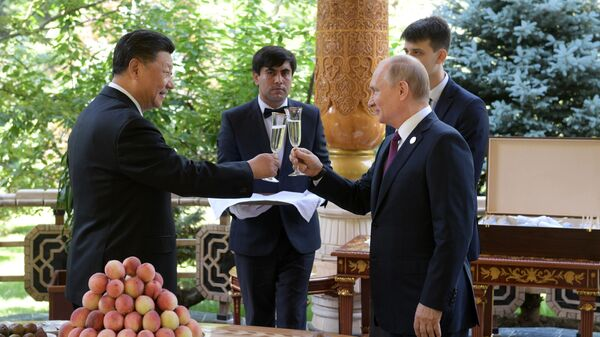 Russian President Vladimir Putin Gives Birthday Present to Chinese President Xi Jinping during the Conference on Interaction and Confidence-Building Measures in Asia - Sputnik International