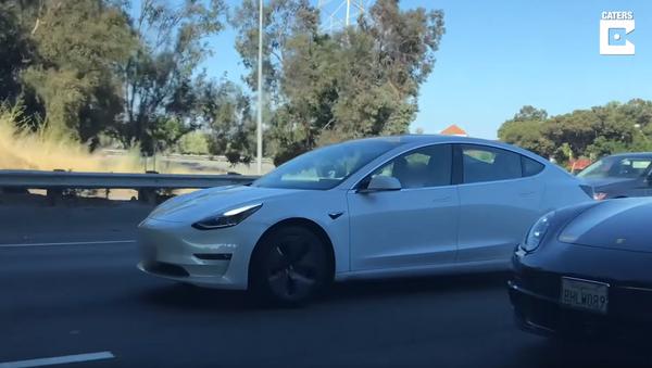 US Man Naps in Tesla Model S During Rush Hour - Sputnik International