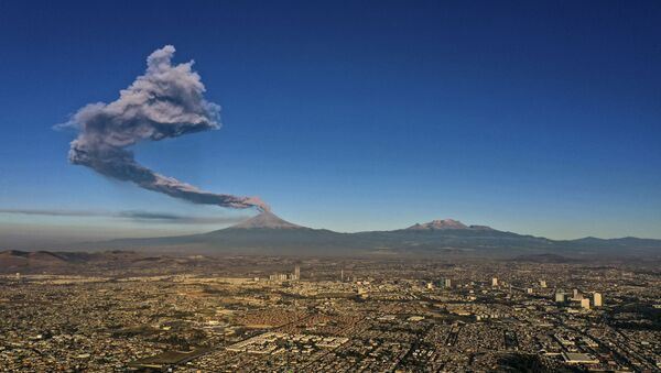 The Popocatepetl Volcano spews ash and smoke as seen from Puebla, central Mexico, on March 28, 2019 - Sputnik International