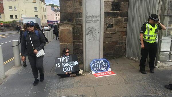 A protester sits near to Scottish Parliament - Sputnik International
