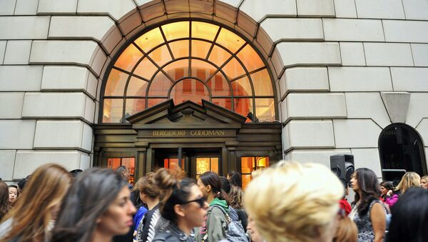 This Sept 10, 2010, file photo shows people lining up to enter the Bergdorf Goodman store, in New York. - Sputnik International