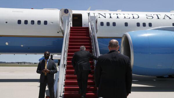 Secretary of State Mike Pompeo boards a plane headed to Jeddah, Saudi Arabia - Sputnik International