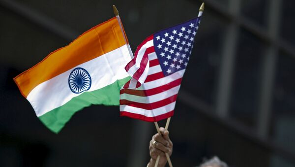 A man holds the flags of India and the U.S. (File) - Sputnik International