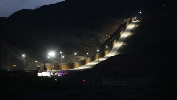 A section of border wall put in place by We Build The Wall Inc. stands at dusk on June 26, 2019 in Sunland Park, New Mexico - Sputnik International