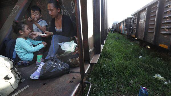 Мигранты в грузовом вагоне поезда в Мексике - Sputnik International