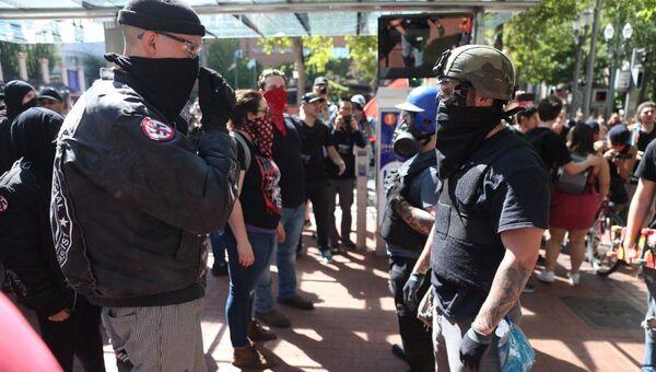 Antifa, Conservative Protests in Portland Turn Violent, Assaulting Police Officers  - Sputnik International
